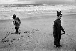 Dos niños disfrazados en la playa